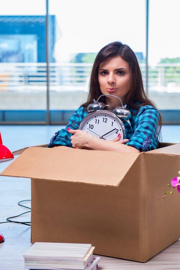 Личные вещи молодой женщины moving стоковое изображение
