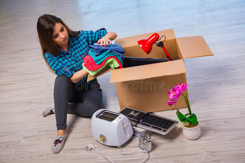 Личные вещи молодой женщины moving стоковая фотография