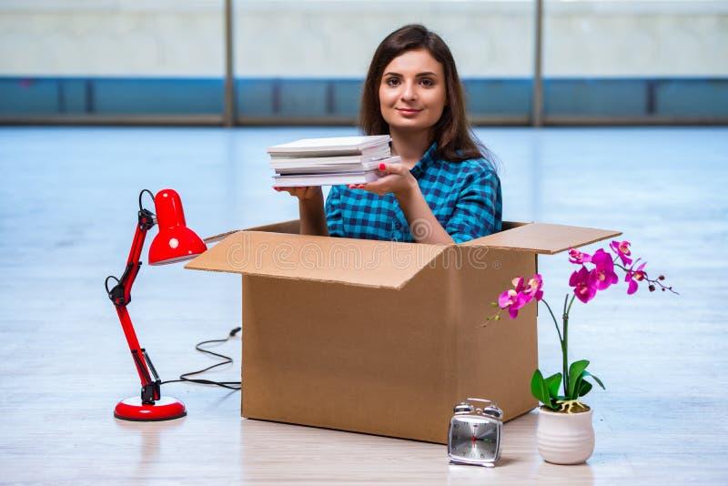 Личные вещи молодой женщины moving стоковое фото rf