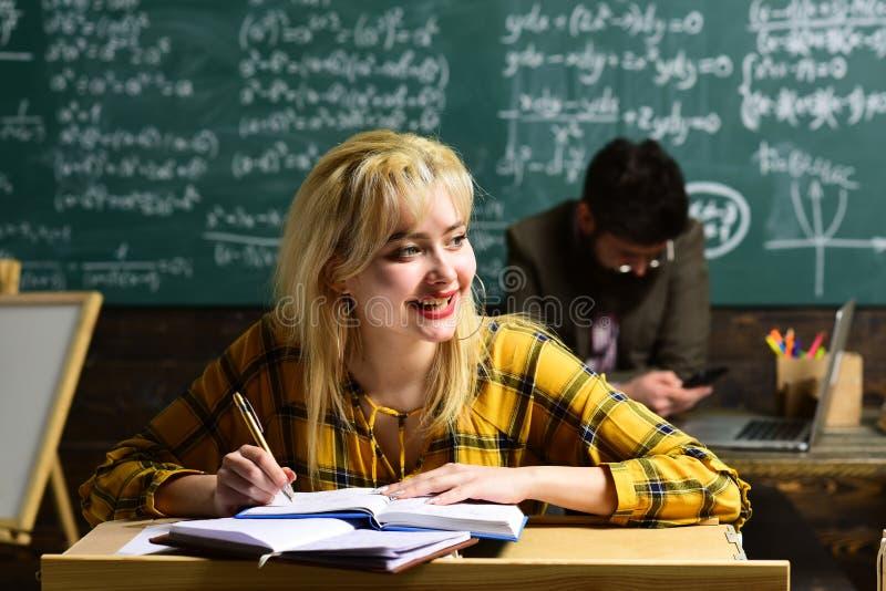 Личные отношения основополагающий к успеху студента Средняя школа или студенты колледжа изучая и читая стоковая фотография rf
