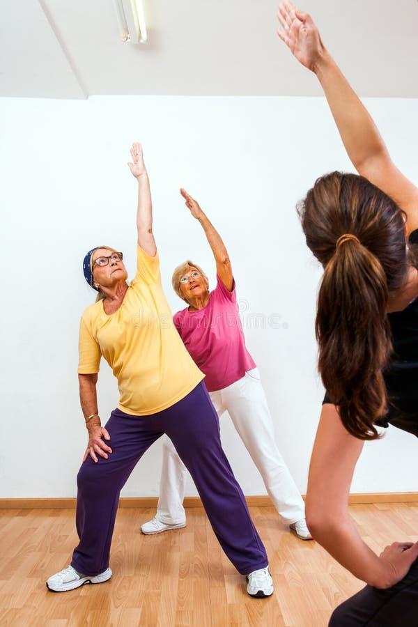 Личный делать тренера аэробный с старшими дамами стоковое фото rf