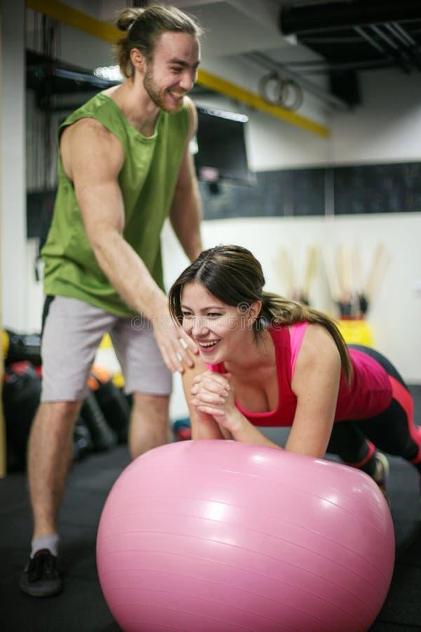 Спортсменка и тренер в спортзале
