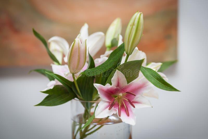 Лилии в вазе для того чтобы украсить кухонный стол стоковое фото rf