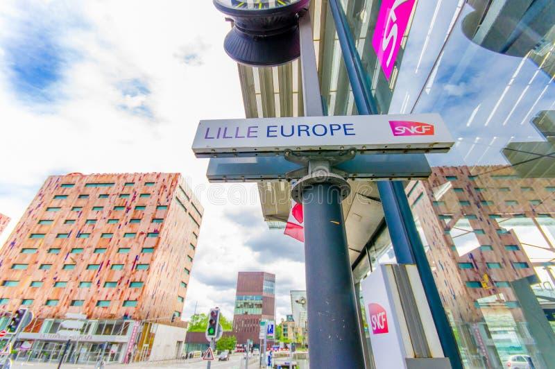 Лилль, Франция - 3-ье июня 2015: Дорожный знак читая Лилль Европу, расположенную в улицах вне вокзала стоковые изображения