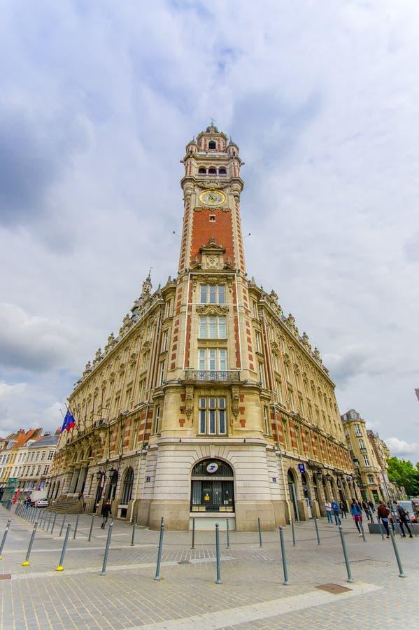 Лилль, Франция - 3-ье июня 2015: Известная башня с часами ратуши как увидено от улицы underneath, красивой архитектуры и стоковое фото