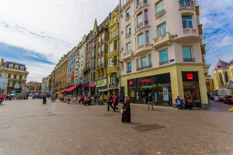 Лилль, Франция - 3-ье июня 2015: Славный летний день в центре города, традиционная европейская конкретная архитектура, очаровывая стоковые изображения rf