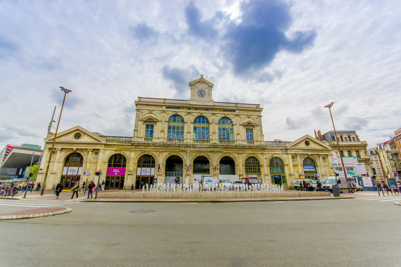 Лилль, Франция - 3-ье июня 2015: Gare De Лилль Flandres, главный ж-д вокзал города, старого красивого желтого бетонного здания стоковые изображения rf