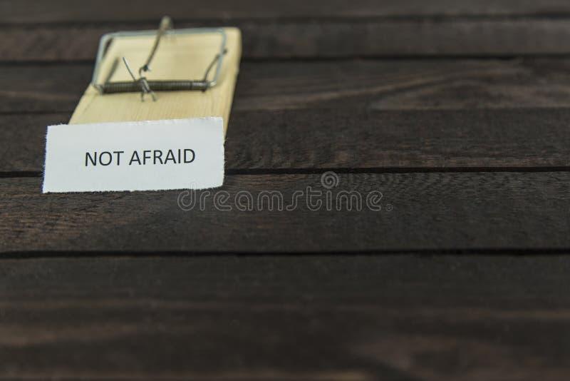 Ловушка мыши Blured деревянная с словом: Не испуганный стоковая фотография rf
