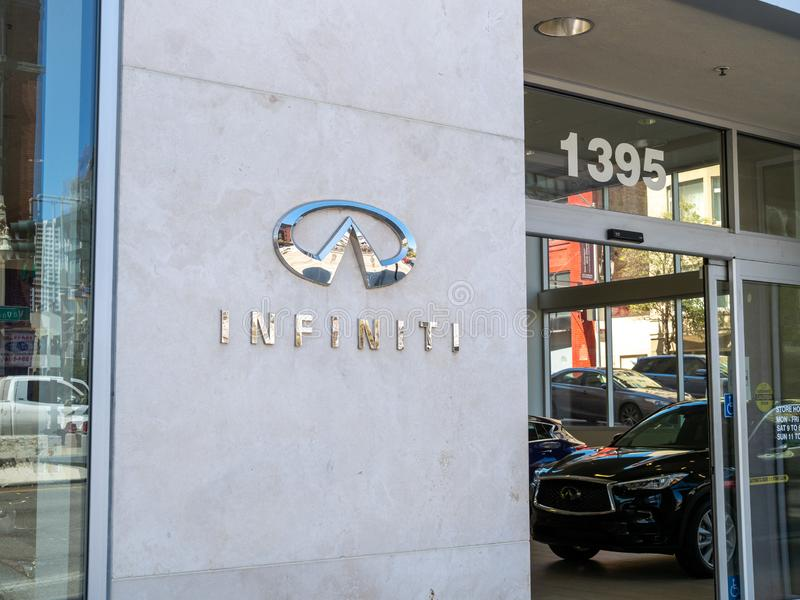Логотип автомобиля Chrome Infiniti и аутсайдер знака выставочного зала дилерских полномочий стоковое изображение rf