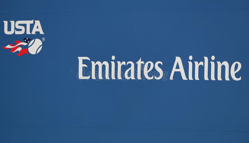 Логотип ассоциации тенниса Соединенных Штатов и главным образом авиакомпания эмиратов рекламодателя подписывают на короле Национа стоковая фотография