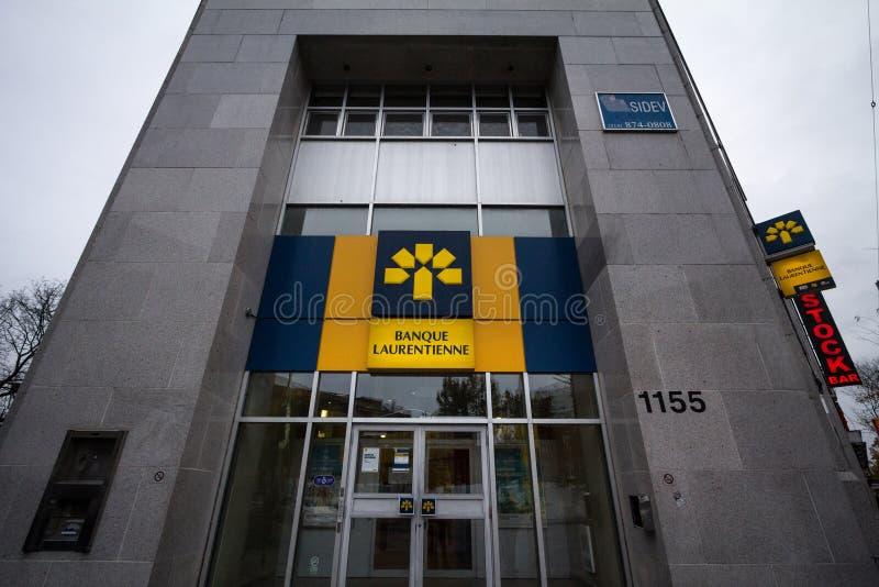 Логотип банка Laurentian Канады, или Banque Laurentienne, на их местном филиале в Монреале на сумраке стоковое изображение