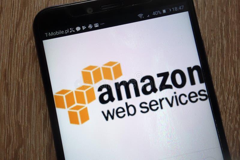 Логотип веб-служб Амазонки показал на современном смартфоне стоковые изображения rf