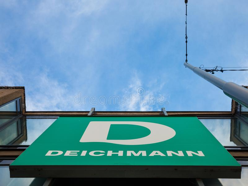 Логотип главного магазина Deichmann в Белграде Deichmann главный немецкий ботинок и сеть розничных магазинов sportswear распростр стоковая фотография