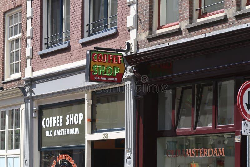 Логотип капера света кофейни над зданием кофейни в торговой улице, стоковое изображение rf