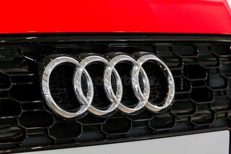 Логотип компании Audi на автомобиле Audi RS 5 стоя на приводе форума Volkswagen Group в Берлине, Германии стоковые фото
