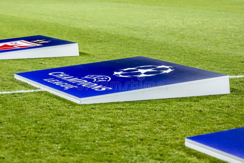 Логотип лиги чемпионов UEFA на футбольном поле стоковые фотографии rf