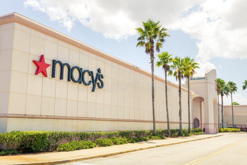 Логотип магазина Macy's outdoors на входе mainstore с пальмами стоковая фотография