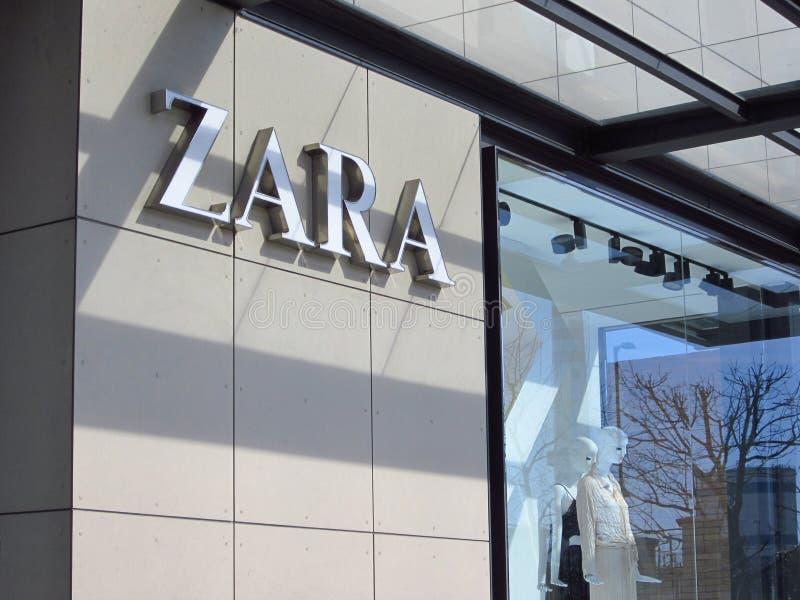 Логотип магазина Zara на здании стоковое изображение