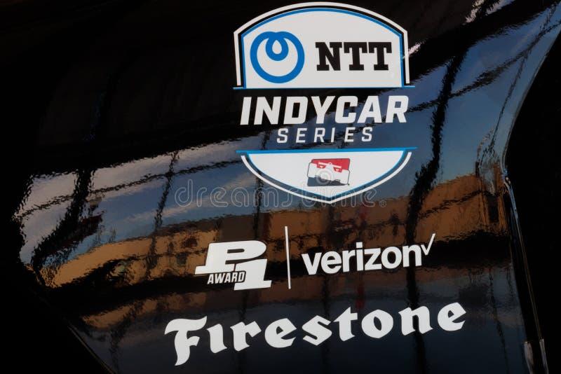 Логотип серии NTT IndyCar и Firestone и Verizon рекламодателей IndyCar уровень премьер-министра открыт-колеса участвуя в гонке I стоковое фото