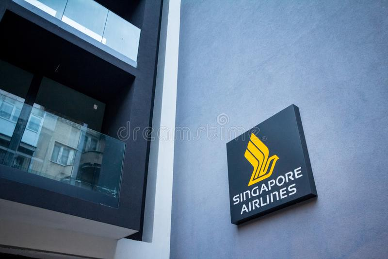 Логотип Сингапоре Аирлинес на их местных штабах для Сербии Сингапоре Аирлинес азиатская авиатранспортная компания стоковое изображение