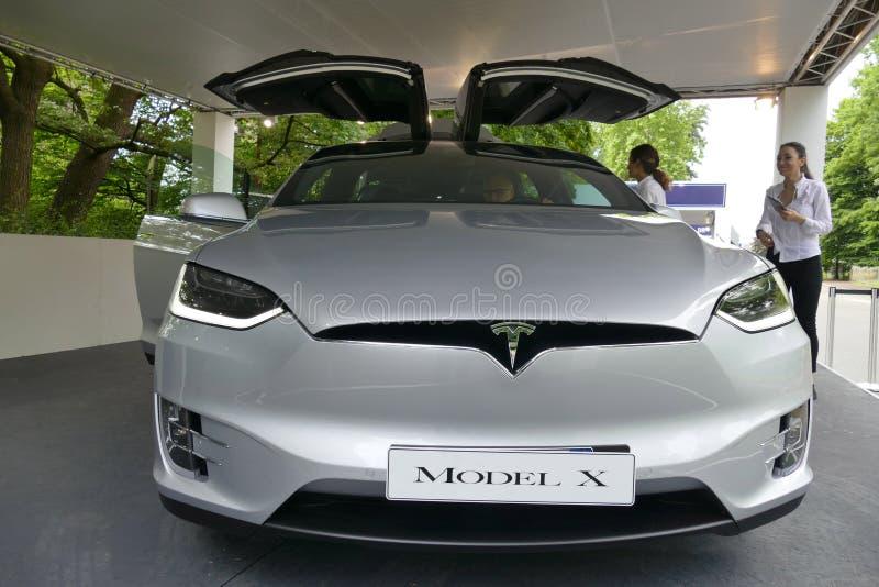 Логотип суперкара Tesla электрический на конце клобука ` s автомобиля вверх по взгляду стоковое изображение rf