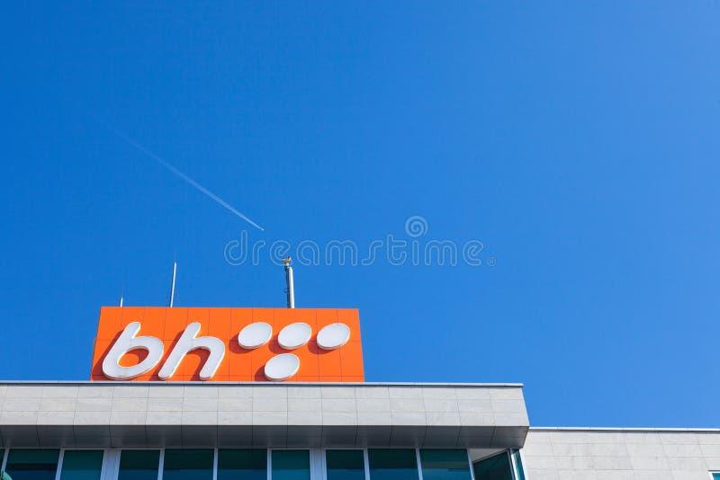 Логотип телекоммуникаций BH на знаке на их штабах в Сараеве Телекоммуникации BH главная телекоммуникационная компания в Боснии стоковые изображения rf