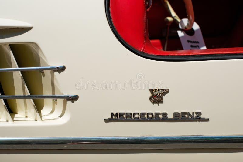 Логотип/фирменное наименование Benz Мерседес letterring на автомобиле oldtimer/винтажной детали автомобиля стоковые изображения