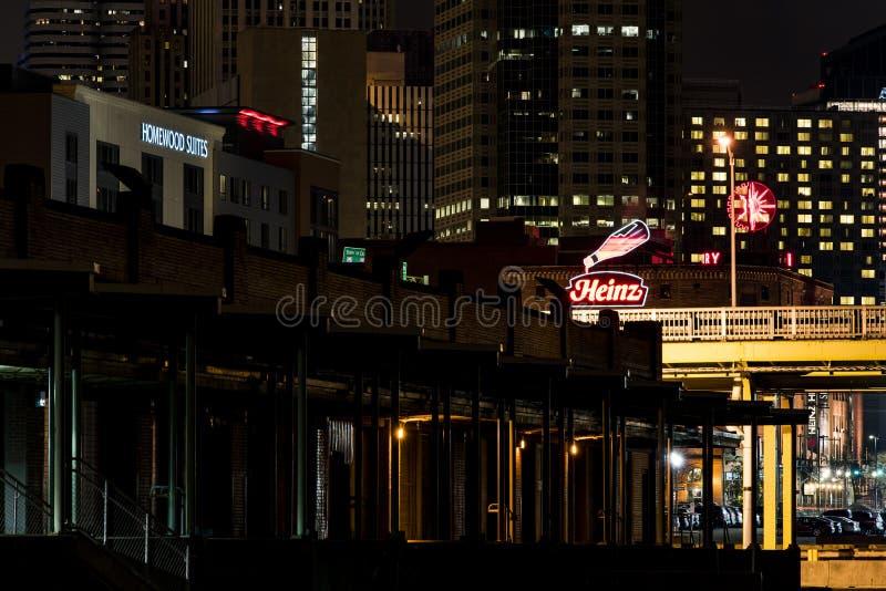Логотип Хайнц неоновый - городское Питтсбург, Пенсильвания стоковые фото
