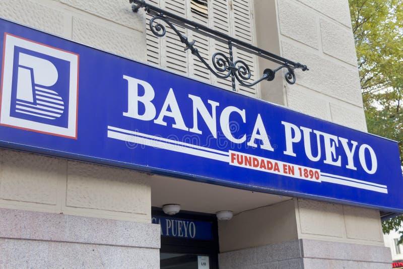Логотип Banca Pueyo на банковском офисе Banca Pueyo стоковое фото rf