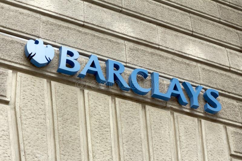 Логотип Barclays на банковском офисе Barclays стоковая фотография rf
