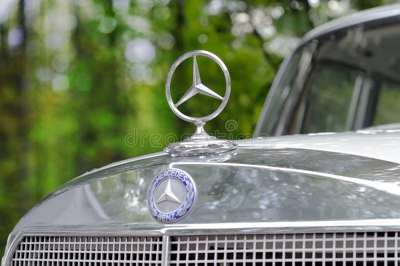 Логотип Benz Мерседес, знак близкий вверх на винтажном автомобиле стоковые фотографии rf