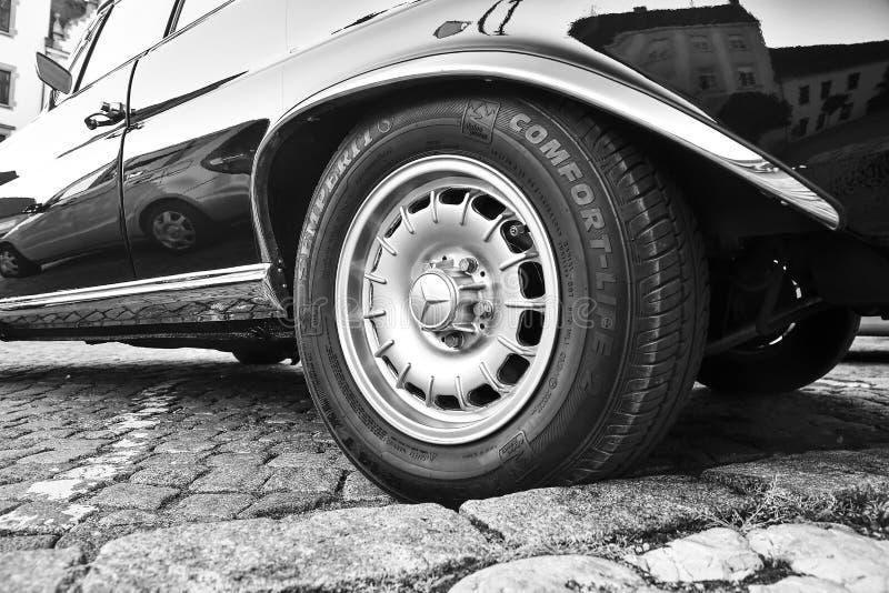 Логотип Benz Мерседес на винтажном колесе автомобиля Логотип Semperit на покрышке Мерседес-Benz немецкий производитель автомобиле стоковая фотография rf
