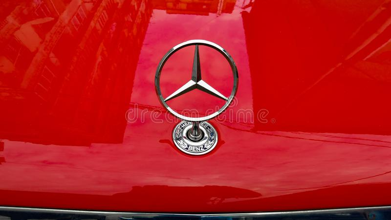 Логотип Benz Мерседес на красном клобуке автомобиля стоковые фотографии rf
