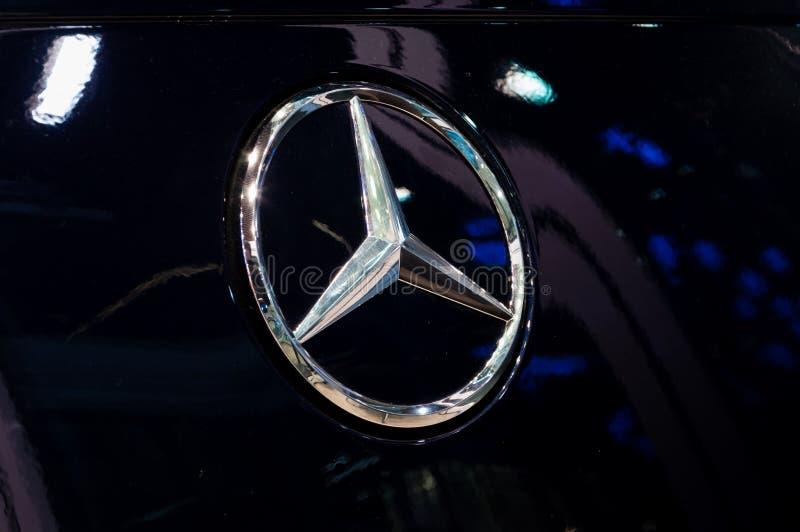 Логотип Benz Merceds на черном автомобиле Мерседес-Benz глобальный капер автомобиля и разделение немецкое Daimler AG компании стоковое изображение rf