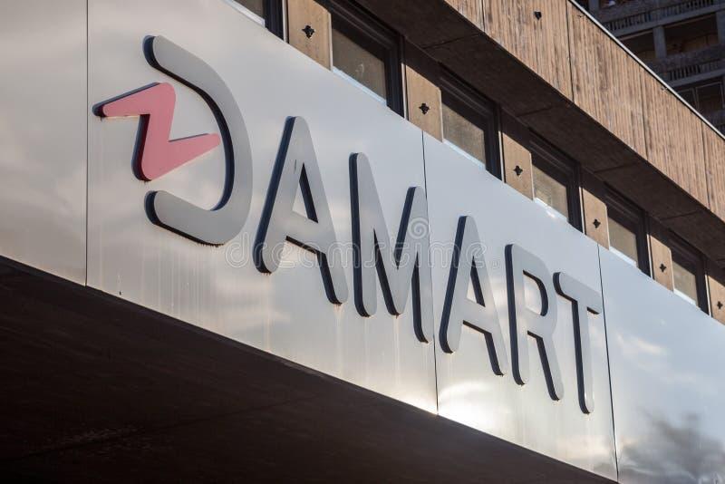 Логотип Damart перед их mainstore для Лиона Damart французская компания одежды, специализированная в старших изолируя одеждах стоковые фото