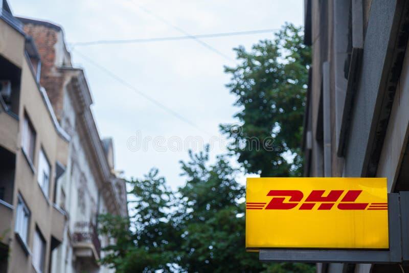 Логотип DHL на одном из их агенств Белграда Принадлежащ к столбу Deutsche, DHL срочный обеспечивает международного курьера стоковые изображения rf