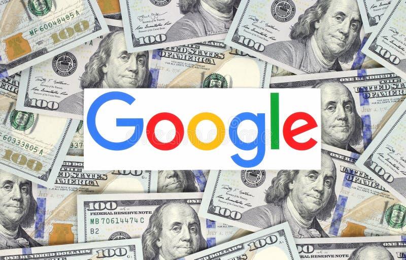 Логотип Google напечатанный на бумаге и положенный на предпосылку денег стоковые фото