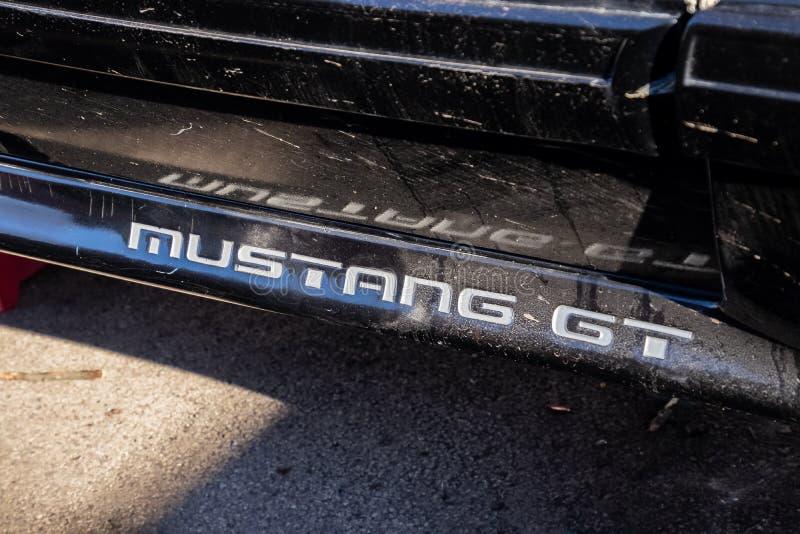 Логотип GT мустанга на грязном корабле гонки стоковое фото