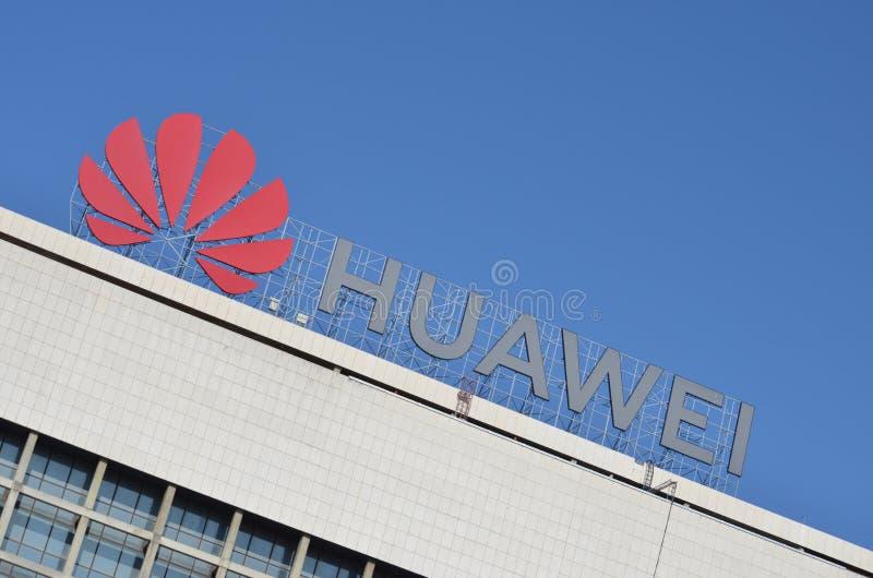 Логотип Huawei на здании стоковая фотография rf