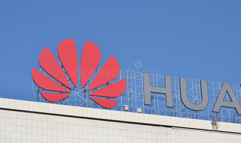 Логотип Huawei на их офисе стоковые фото