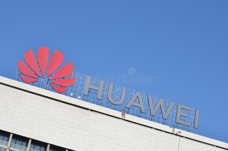 Логотип Huawei на их офисе в Белграде стоковое изображение