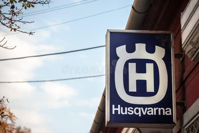Логотип Husqvarna на их главном магазине в Pancevo Husqvarna шведский изготовитель внешнего распространения продуктов силы всемир стоковое изображение rf