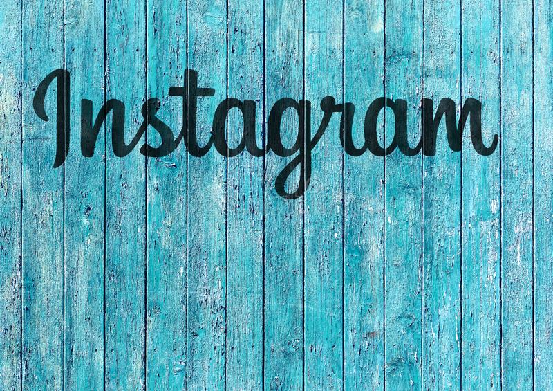 Логотип Instagram на голубой деревянной предпосылке стоковые фото