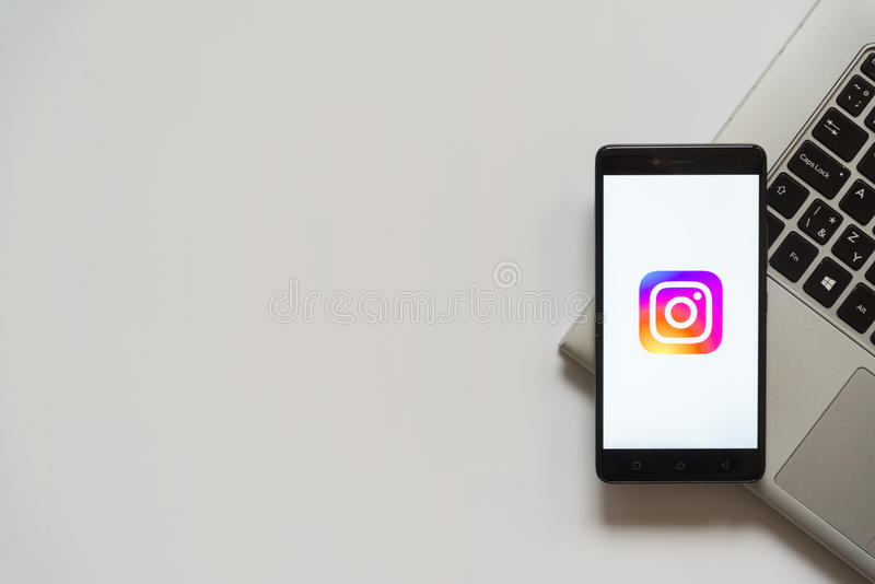 Логотип Instagram на экране smartphone стоковые фото