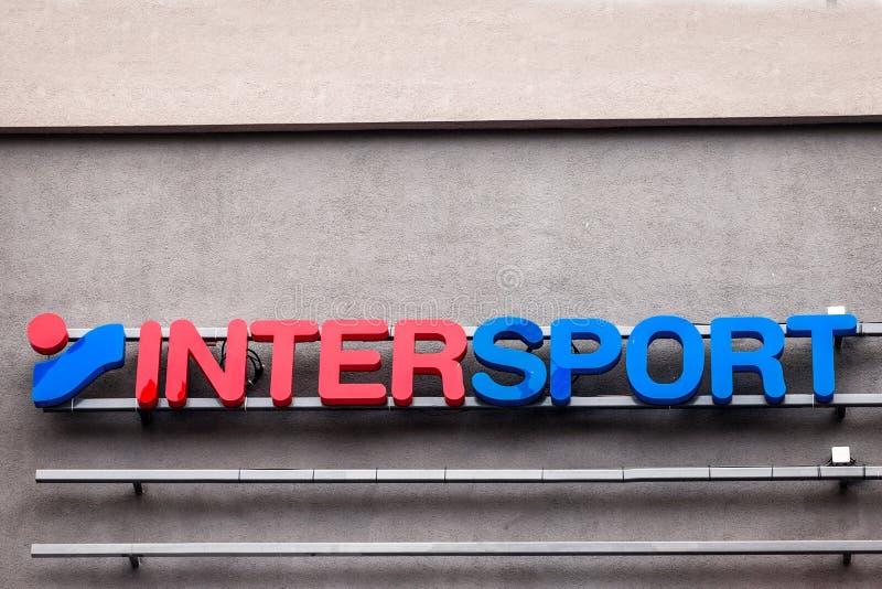 Логотип Intersport на их mainstore в Белграде Сербии Intersports швейцарский международный розничный торговец спортивных товаров стоковые изображения rf