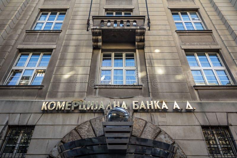 Логотип Komercijalna Banka на их главном офисе в Белграде В настоящее время приватизируемый, Komercijalna Banka сербский банк стоковые фотографии rf