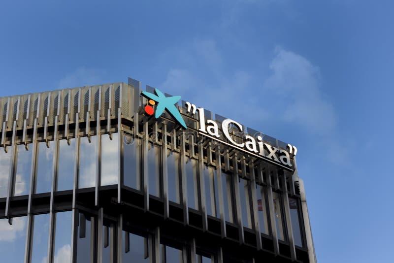 Логотип La Caixa на сайте La Caixa buidling стоковые изображения