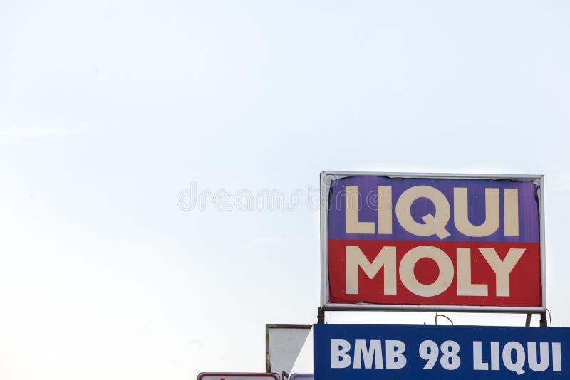 Логотип Liqui Moly увиденный в их розничном торговце основы Белграда Liqui Moly немецкий химический бренд масел, добавки и смазок стоковые фотографии rf