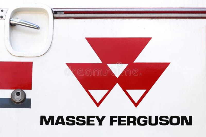 Логотип Massey Ferguson на тракторе стоковые фото