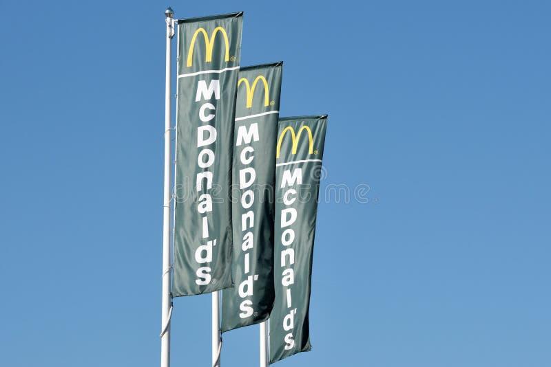 Логотип McDonalds на флаги стоковое фото rf